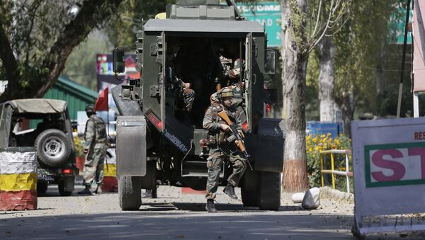 Indian army soldiers arrive at the army base which was attacked by suspected rebels in the town of Uri, west of Srinagar, Indian controlled Kashmir, Sunday, Sept. 18, 2016. - Sputnik International