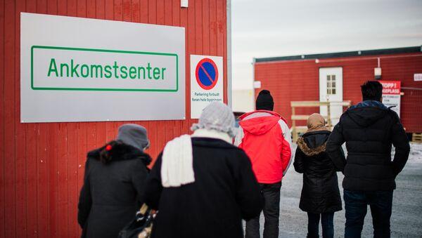 Refugees enter the arrival centre for refugees near the town on Kirkenes, northern Norway - Sputnik International