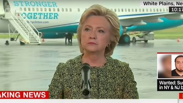 Clinton listens to a question from Bloomberg reporter Jennifer Epstein. - Sputnik International