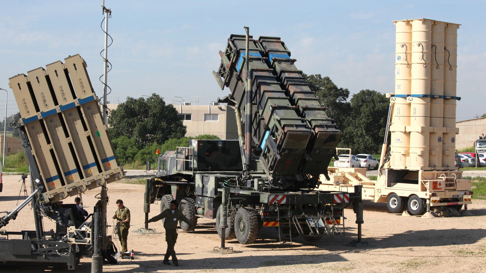 Israeli soldiers walk near an Israeli Irone Dome defence system (L), a surface-to-air missile (SAM) system, the MIM-104 Patriot (C), and an anti-ballistic missile the Arrow 3 (R) during Juniper Cobra's joint exercise press briefing at Hatzor Israeli Air Force Base in central Israel, on February 25, 2016. Juniper Cobra, is held every two years where Israel and the United States train their militaries together to prepare against possible ballistic missile attacks, as well as allowing the armies to learn to better work together. - Sputnik International, 1920, 27.09.2021