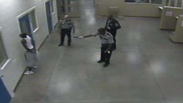 VIDEO – Georgia Cops Tase Complaint Black Man from Behind - Sputnik International