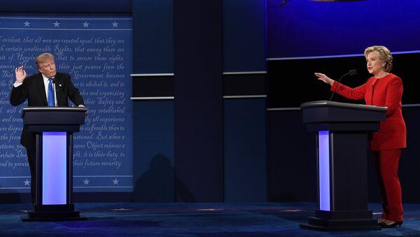 Republican nominee Donald Trump (L) looks on as Democratic nominee Hillary Clinton speaks during the first presidential debate at Hofstra University in Hempstead, New York - Sputnik International