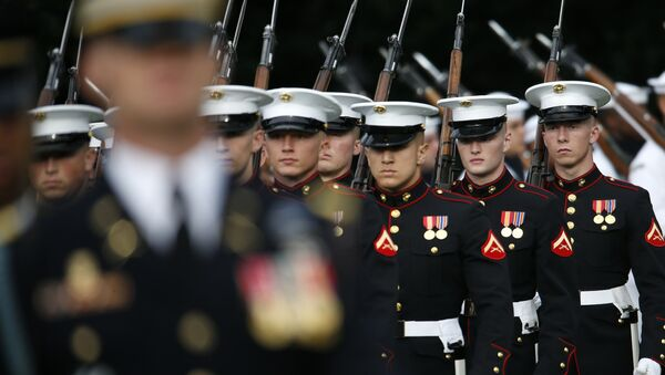 Members of the U.S Marine Corps honor guard march on to the South Lawn of the White House - Sputnik International