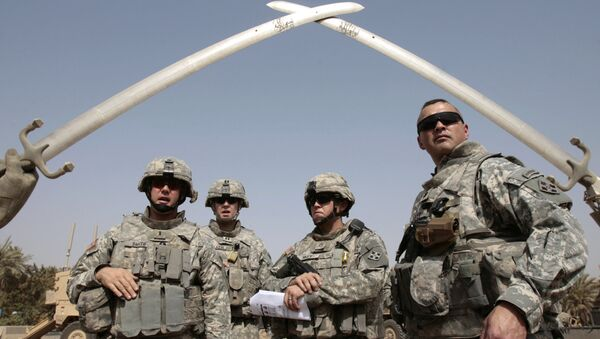 US soldiers stand near the landmark Hands of Victory, built by executed Iraqi president Saddam Hussein to commemorate Iraq's victory in the Iran-Iraq war, inside Baghdad's Green Zone as they prepare to go on a mission on July 5, 2008 - Sputnik International