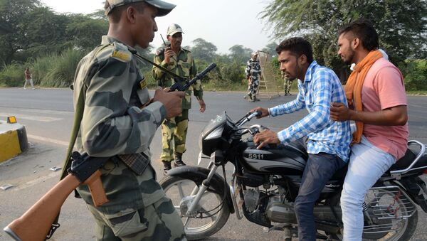 Indian Border Security Force (BSF) personnel do a security check at the India-Pakistan Wagah Border, about 35 km from Amritsar on September 29, 2016, after the Punjab state government issued a warning to villagers to evacuate from a 10 km radius from the India-Pakistan border - Sputnik International