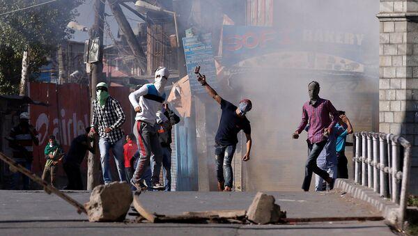 Demonstrators hurl stones towards Indian policemen during a protest in Srinagar, against the recent killings in Kashmir region, September 25, 2016 - Sputnik International