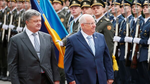 Ukrainian President Petro Poroshenko (L) and his Israeli counterpart Reuven Rivlin walk past honour guards during a welcoming ceremony in Kiev, Ukraine, September 27, 2016 - Sputnik International