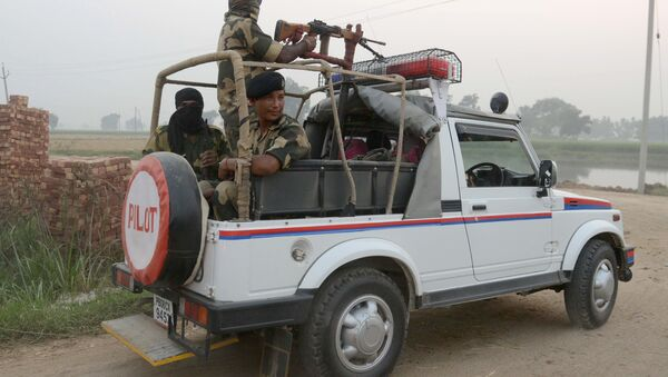 Indian Border Security Force (BSF) personnel patrol at the India-Pakistan border village Daoke, about 40 kms from Amritsar on September 30, 2016 - Sputnik International
