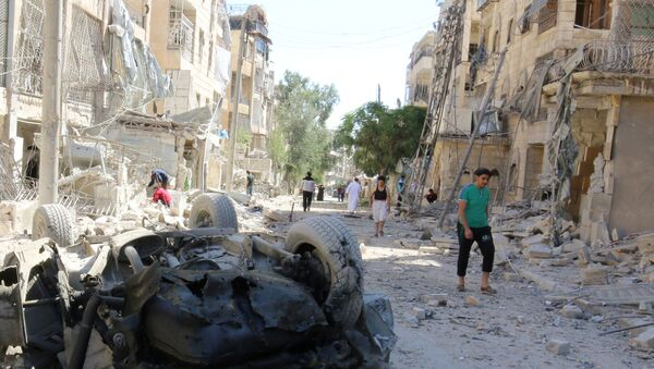 People inspect the damage at a site hit overnight by an air strike in the rebel-held area of Seif al-Dawla neighbourhood of Aleppo, Syria, September 30, 2016 - Sputnik International
