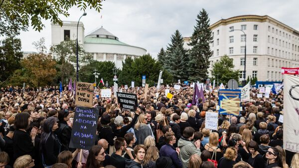 People attend the anti-government, pro-abortion demonstration in front of Polish Pariament in Warsaw, Poland on October 1, 2016 - Sputnik International