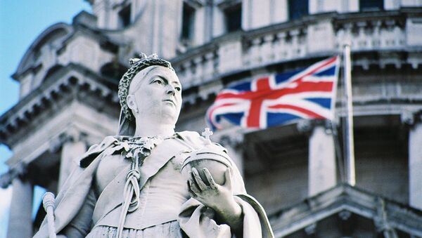 Queen Victoria and the Union Flag outside Belfast Town Hall - Sputnik International