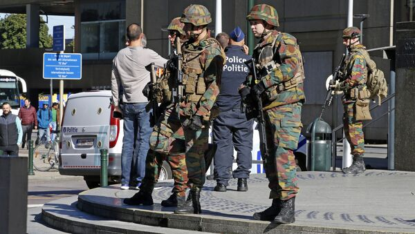 Police and army personnel stand guard during a bomb alert outside the Brussels-North (Gare du Nord - Noordstation) train station in Brussels - Sputnik International