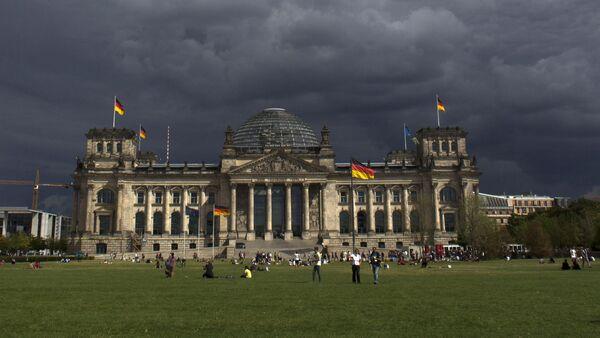 Dark clouds hang over the Reichstag, the German parliament Bundestag building, in Berlin - Sputnik International