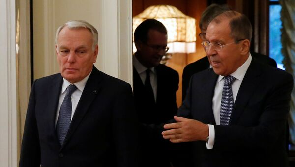 Russian Foreign Minister Sergei Lavrov (R) and French Foreign Minister Jean-Marc Ayrault enter a hall during their meeting in Moscow, Russia, October 6, 2016. - Sputnik International