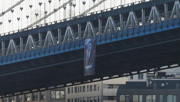 A banner with an image of Russian President Vladimir Putin hangs from the Manhattan Bridge in New York - Sputnik International