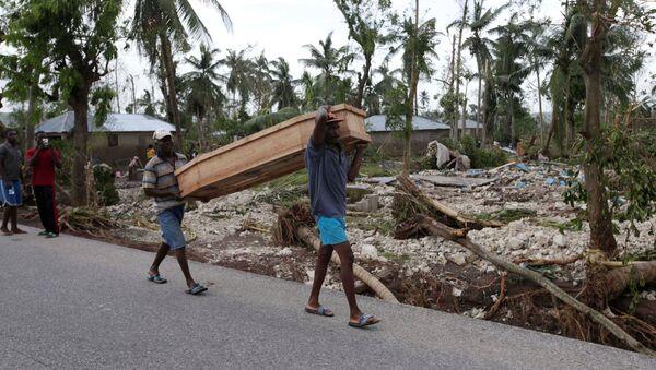 Men carry a coffin after Hurricane Matthew hit Cavaillon, Haiti, October 6, 2016 - Sputnik International