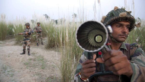 Indian army soldiers patrol near the highly militarized Line of Control dividing Kashmir between India and Pakistan, in Pallanwal sector, about 75 kilometers from Jammu, India, Tuesday, Oct. 4, 2016 - Sputnik International