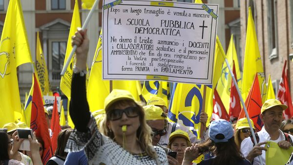 Protestors march during a rally against the government's education reforms, in Rome (File) - Sputnik International