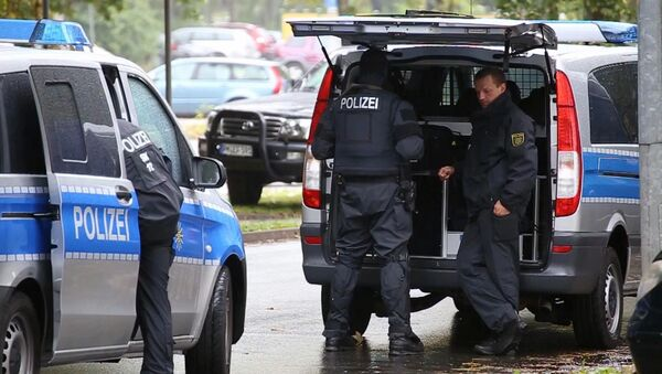 In this image taken from Nonstop News video, police officers surround an apartment in the eastern city of Chemnitz, Germany, Saturday Oct. 8, 2016 - Sputnik International