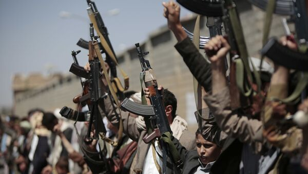 Tribesmen loyal to Houthi rebels, hold their weapons as they chant slogans during a gathering aimed at mobilizing more fighters into battlefronts in several Yemeni cities, in Sanaa, Yemen, Sunday, Oct. 2, 2016 - Sputnik International