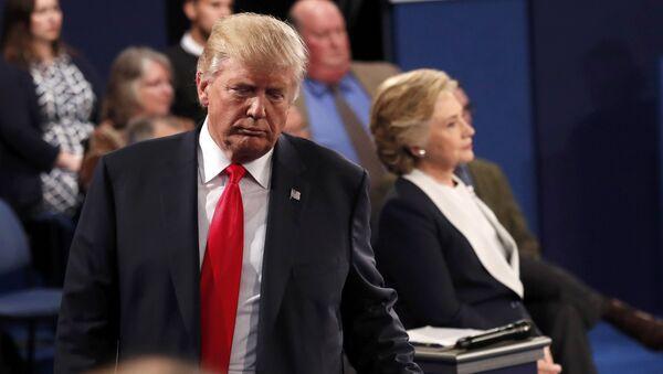 Republican U.S. presidential nominee Donald Trump and Democratic U.S. presidential nominee Hillary Clinton pause during their presidential town hall debate at Washington University in St. Louis, Missouri, U.S., October 9, 2016 - Sputnik International