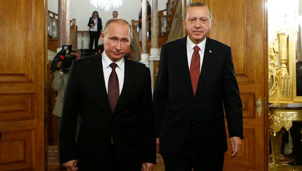 Russian President Vladimir Putin and his Turkish counterpart Tayyip Erdogan arrive for a joint news conference following their meeting in Istanbul, Turkey, October 10, 2016 - Sputnik International