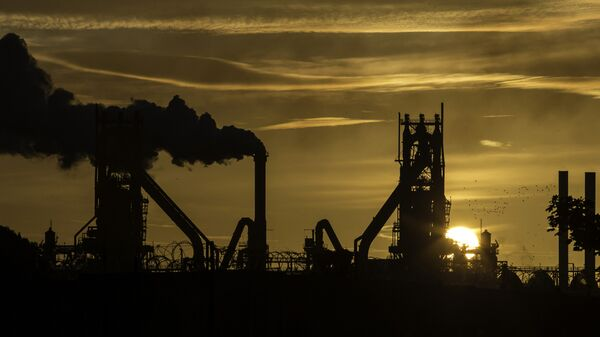 The sun rises behind the British Steel - Scunthorpe plant in north Lincolnshire, north east England on September 28, 2016 - Sputnik International