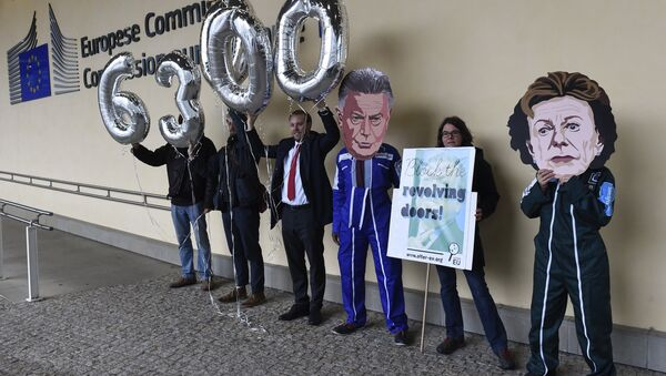 Members of international NGO Transparency International hold balloons reading 63,000, indicating the number of signatures on a petition against Jose Manuel Barosso's decision to work for Goldman Sachs, during a demonstration at the EU Headquarters in Brussels on October 12, 2016. - Sputnik International