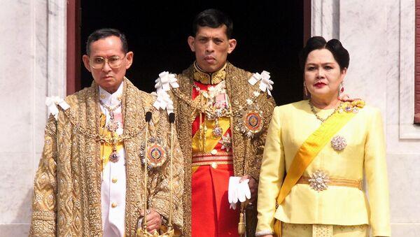 This file photo taken on December 05, 1999 shows (L-R) Thai King Bhumibol Adulyadej, Crown Prince Maha Vajiralongkorn and Queen Sirikit appearing at a balcony of Anantasamakom Throne Hall in Bangkok to mark the King's birthday. - Sputnik International