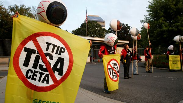 Greenpeace activists hold banners and giant eyes during a demonstration against the trade agreements TTIP, CETA and TiSA in front of the U.S. Mission in Geneva, Switzerland, September 20, 2016. - Sputnik International