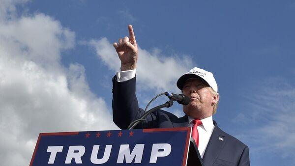 Republican presidential candidate Donald Trump speaks during a rally at the Lakeland Linder Regional Airport in Lakeland, Florida on October 12, 2016. - Sputnik International