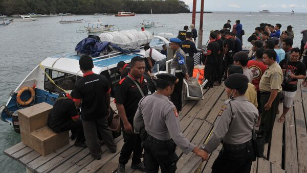 Police conduct investigations on a speedboat following an explosion on the vessel in Karang Asem, Indonesia's resort island of Bali, on September 15, 2016 - Sputnik International