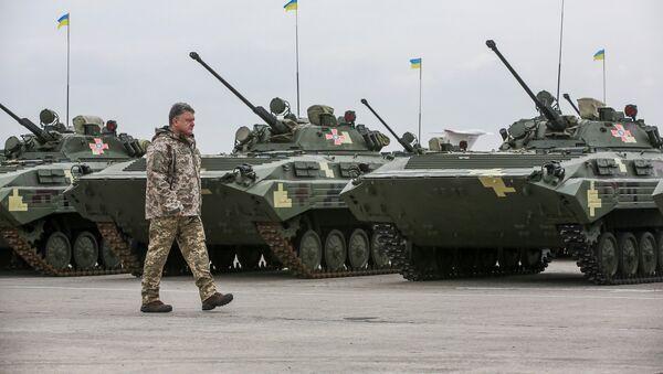 Ukrainian President Petro Poroshenko attends a ceremony to hand over weapons and military vehicles to servicemen of the Ukrainian armed forces in Chuhuiv outside Kharkiv, Ukraine, October 15, 2016 - Sputnik International