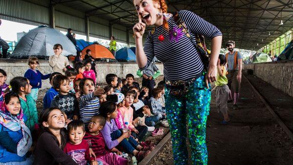 Clown Marion Duggan taken in pop-up camp in Norther Greece in May 2016 - Sputnik International