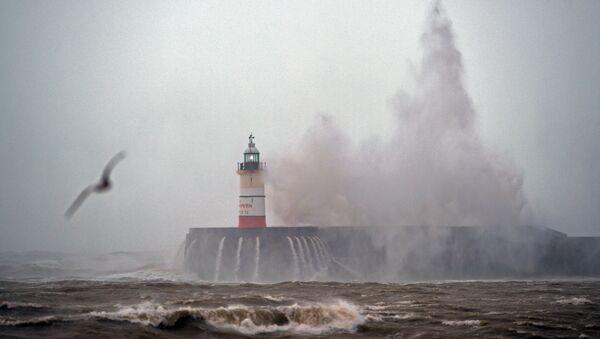 Waves crash over Newhaven Lighthouse on the south coast of England - Sputnik International