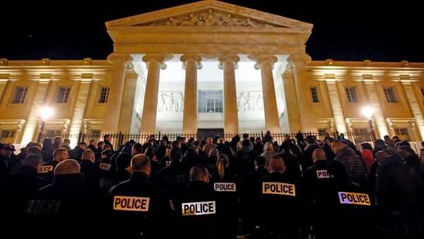 Police officers gather during an unauthorised protest against anti-police violence in front of the Marseille's courthouse, France, October 20, 2016. - Sputnik International