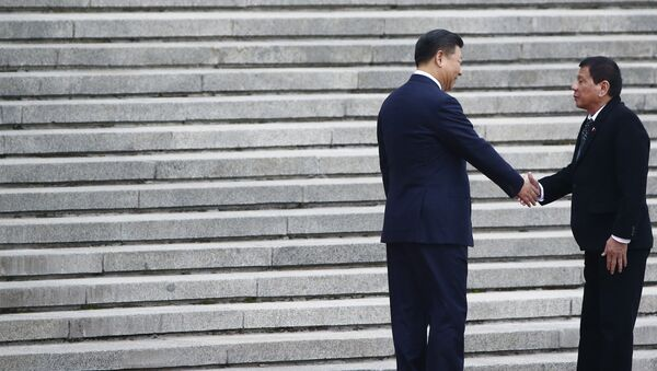 President of the Philippines Rodrigo Duterte (R) and Chinese President Xi Jinping shake hands as they attend a welcoming ceremony at the Great Hall of the People in Beijing, China, October 20, 2016. - Sputnik International