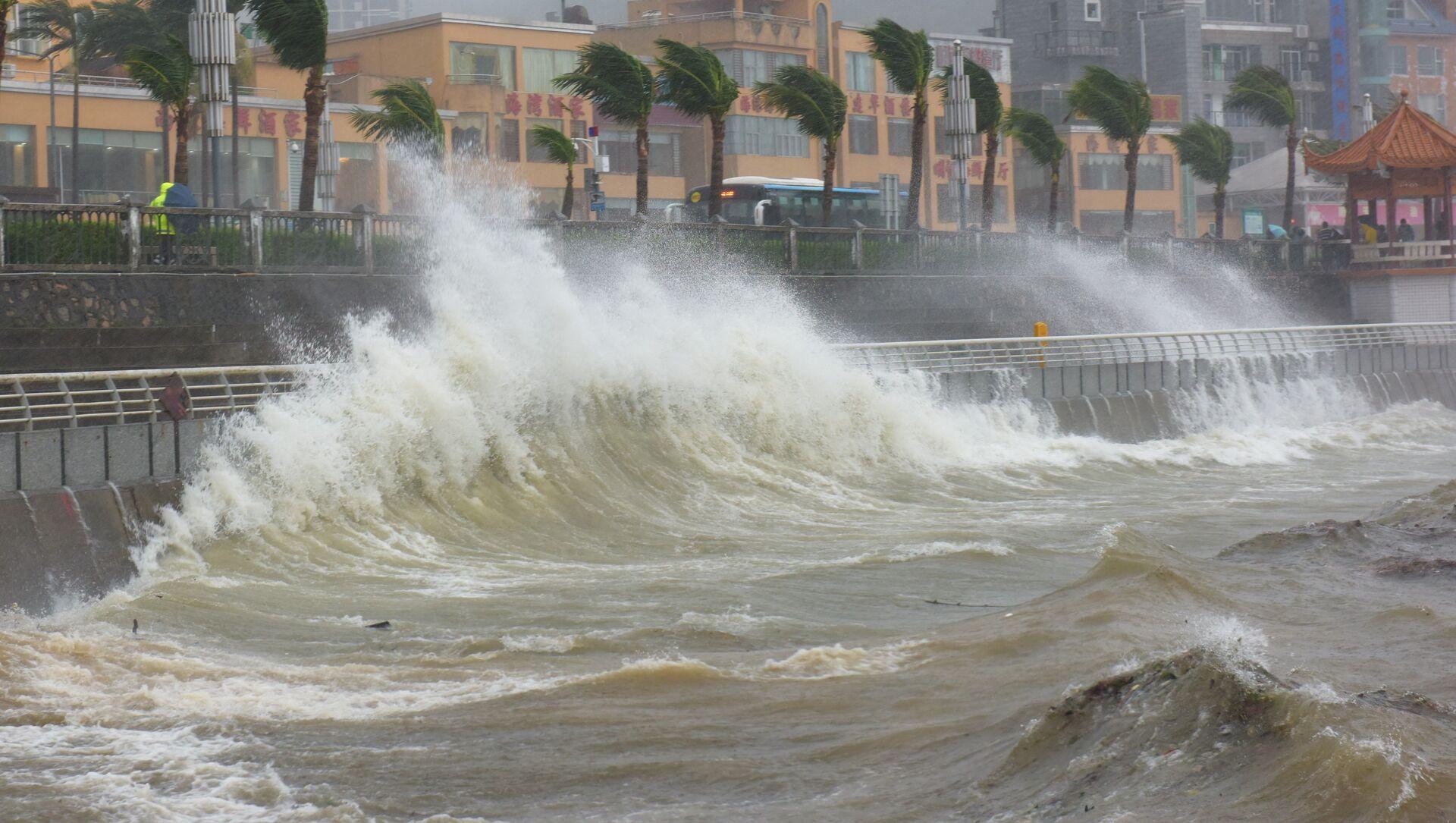 Waves triggered by Typhoon Haima crash against the shore in Shenzhen, China, October 21, 2016. Picture taken October 21, 2016 - Sputnik International, 1920, 25.07.2021