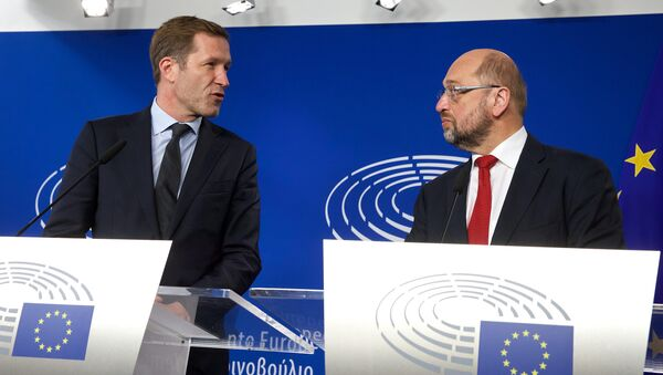 Wallonia's socialist government head Paul Magnette (L) and European Parliament President Martin Schulz hold a joint press conference after their meeting regarding CETA (EU-Canada Comprehensive Economic and Trade Agreement) at the European Parliament in Brussels on October 22, 2016 - Sputnik International