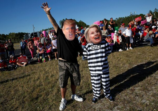 Craig Wendel dresses as Republican U.S. presidential nominee Donald Trump and his wife Jill Wendel wears a Hillary Clinton mask as they support Trump at a campaign rally in Naples, Florida, U.S. October 23, 2016 - Sputnik International
