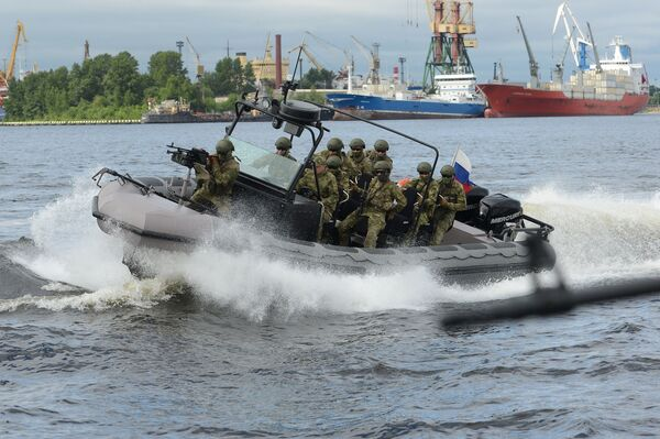 Soldiers on a military boat during the opening ceremony of the 7th International Maritime Defense Show in St. Petersburg. - Sputnik International