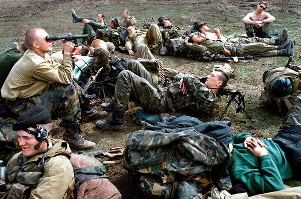 Paratroopers of the reconnaissance platoon in Chechnya rest after combat operations. - Sputnik International