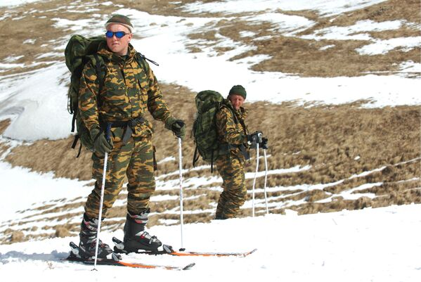 Soldiers of the reconnaissance platoon during ski training in the mountains of Dagestan. - Sputnik International