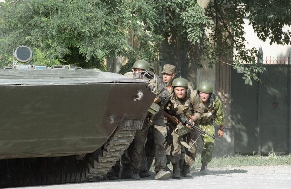 Spetsnaz soldiers prepare to storm a hospital in Budyonnovsk in the Stavropol Krai. The Budyonnovsk hospital hostage crisis took place on June 14-19, 1995, when a group of Chechen separatists attacked the southern Russian city of Budyonnovsk, killing 129 people and injuring 415. - Sputnik International