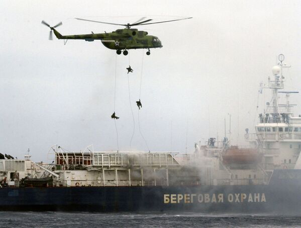 Russian Special Forces officers descend on a Russian coast guard seized ship during joint Russian-Korean maneuvers in the Pacific Ocean near the far eastern Russian port of Vladivostok on August 2, 2007. - Sputnik International