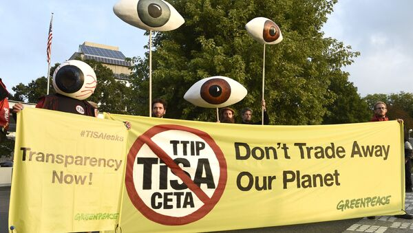 Greenpeace activists holding giants eyes demonstrate in front of Mission of the United Sates as the Trade In Services Agreement (TiSA) negotiations are taking place in Geneva, on September 20, 2016 - Sputnik International