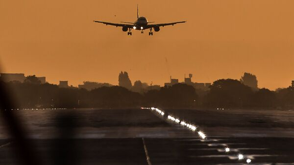 A passenger aircraft prepares to land during sunrise at London Heathrow Airport in west London on October 17, 2016 - Sputnik International
