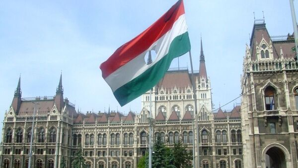A flag from the 1956 Hungarian Revolution on the memorial to the victims located outside the Hungarian Parliament Building - Sputnik International