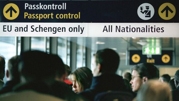 Travellers queue for passport control at Stockholm airport Arlanda - Sputnik International