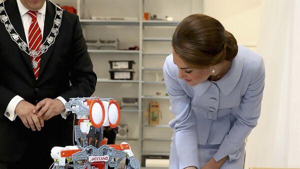 Britain's Catherine, Duchess of Cambridge attends a robotics class at Bouwkeet workshop project for teenagers, Netherlands October 11, 2016. - Sputnik International